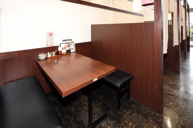 仕切りのあるテーブル席は個室感あり。