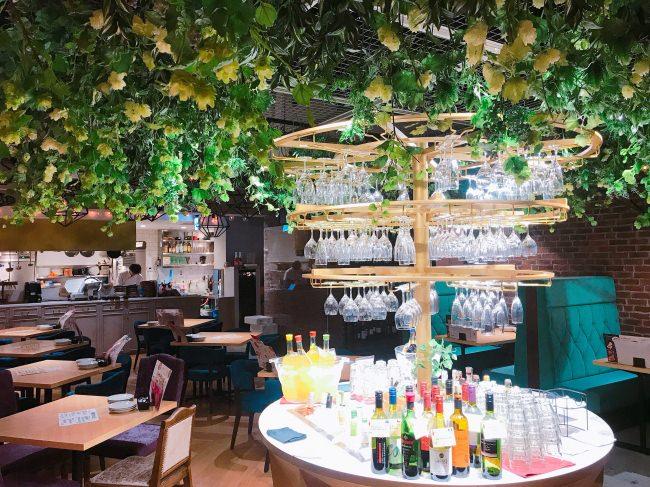100種類以上のワインが並ぶワインシャンデリア