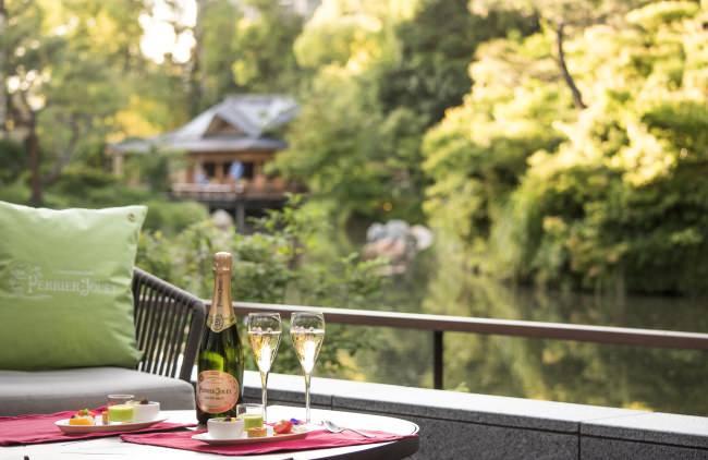 「フォーシーズンズホテル京都」の歴史ある池庭を臨むテラスに「ペリエ ジュエ シャンパンガーデン」が期間限定オープン!