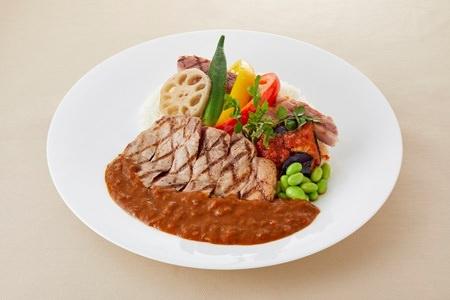 国産豚肉のグリルと夏野菜のカレー