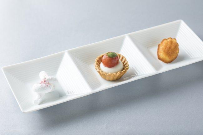 プティ・フール(食後の小菓子)左:木苺のギモーヴ 中央:ミニトマトとチーズのタルトレット 右:青森県蓬田村産福々たまごのマドレーヌ