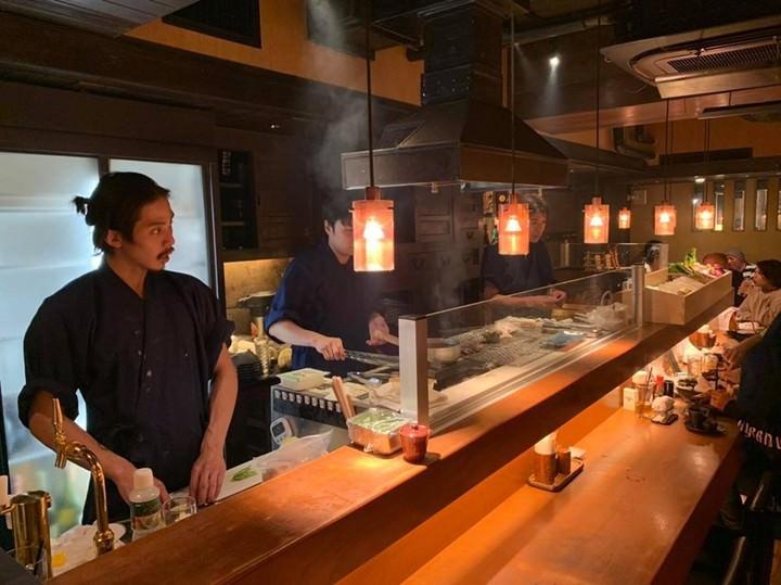 眠らない街・新宿にオープン22時間営業の居酒屋。店内に囲炉裏を設置、その日に仕込んだ魚介類を豪快に串焼きで提供