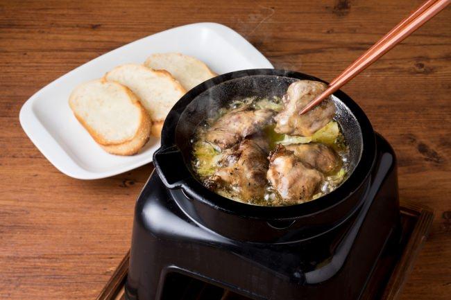 やきとり専門店がつくった新感覚B級グルメ 鶏スープ×鶏油×ハツ「旨みたっぷりアヒージョ」