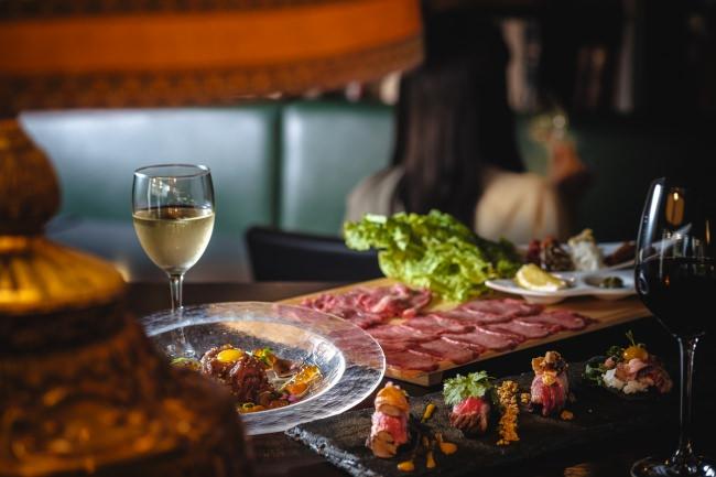 """雲丹・トリュフ・フォアグラを使った贅沢な""""炙り和牛寿司""""を食べ比べ とっておきの日のためのハイグレードな肉料理 『橙家』新宿店限定提供"""