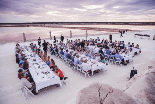 幻想的な風景の塩の収穫地で行われたサンセットディナー。