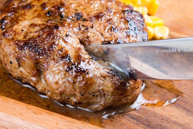 大人気!肉汁溢れる、肉肉しい「熟成牛ハンバーグ」