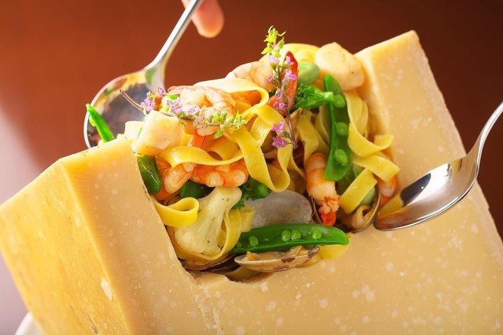 ジャンケン勝負!勝てば無料!大きなチーズの中で目の前で仕上げるパスタが無料!居酒屋的イタリアン「チャンチャーレ」で8/1(木)〜8/8(木)までイベント開催。