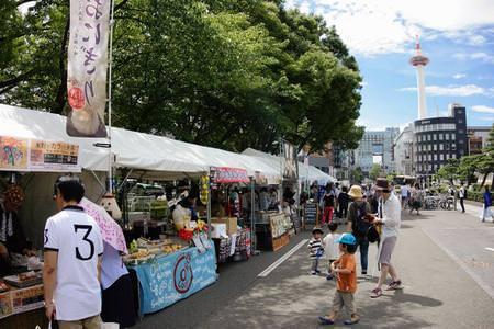 東本願寺前の直線道路が封鎖されマーケットエリアに