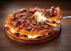 18種類のお肉系トッピングがぎっしり、ピザの2枚重ねで満足度最高峰!「ニック マウンテン」新登場!!