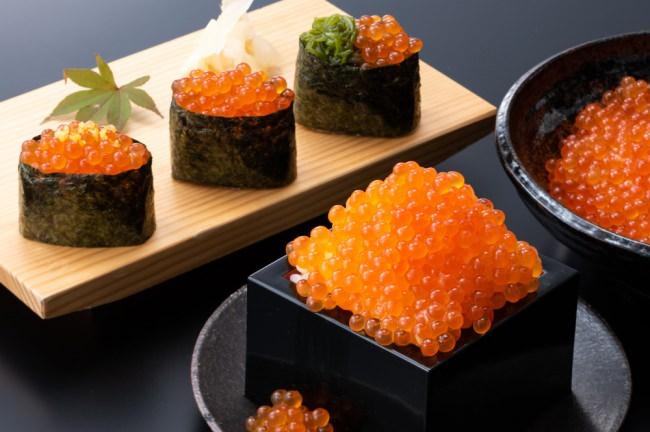 満腹になるまで存分に「いくらかけご飯」、上品に旨味を堪能できる「いくら軍艦3種盛り」
