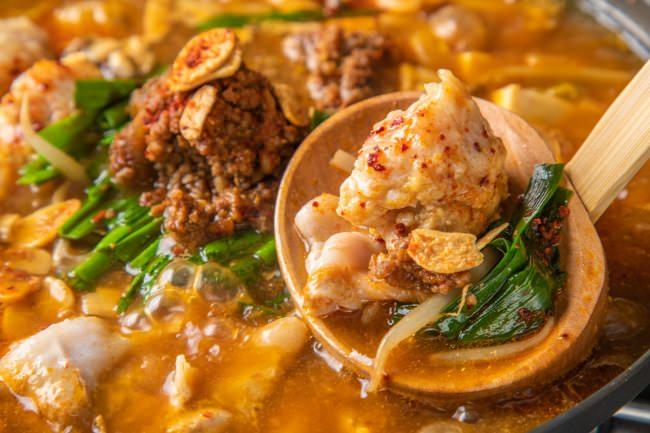 """""""旨辛""""オニ鍋 豚バラと鶏つくね、坦々味噌の焦がしガーリックスープ"""