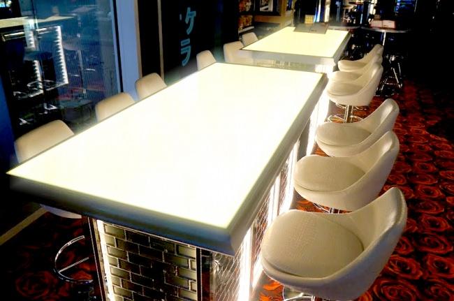 夜景を望む光るテーブルはコミュニケーションの場所