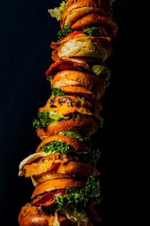 全国のフードファイターへ挑戦状!日本最長記録となる1.129m&総重量約6kg!59,800円(税抜)相当のそびえ立つハンバーガータワー 令和最初のいい肉の日 11月29日(金)限定無料提供