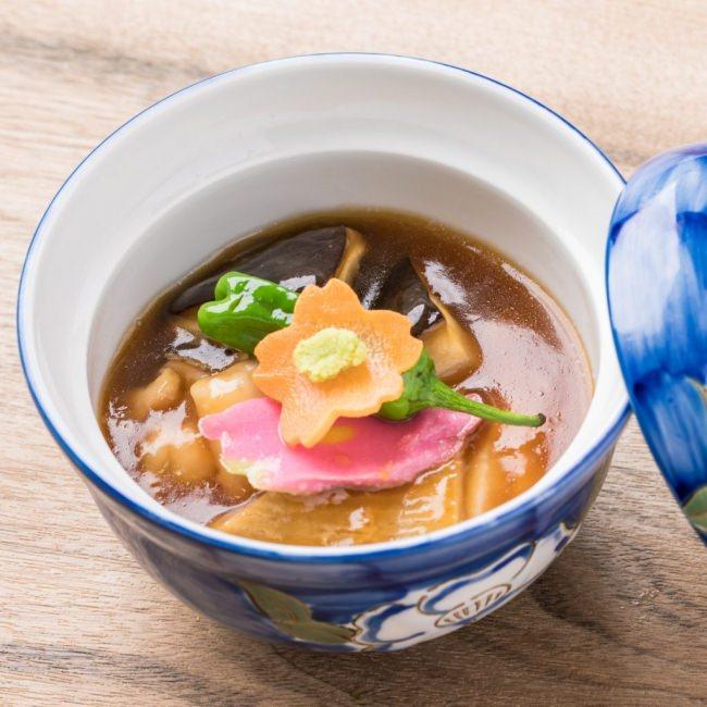 金沢の郷土料理!治部煮...合鴨と生麩、金沢野菜を甘い出汁で炊き込み、餡で閉じた金沢の煮物。わさびでお召し上がりください。