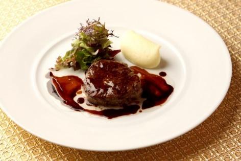 ランチコースのメインディッシュの一皿 「牛フィレ肉のグリエ じゃが芋のピュレと 季節野菜と共に」