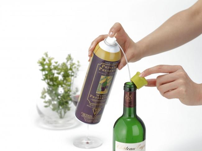 ストローを取り付け、ボトル内にシュー、シュシュシュとスプレーする。あとはコルクやキャップでフタをするだけ。