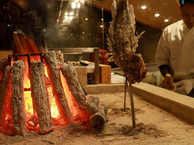 炭火で焼き上げる「原始焼き」