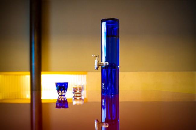 酸化抑制デキャンタで日本酒のグラスサーブが変わる 『神楽デキャンタ』ムーンライトブルーを発売