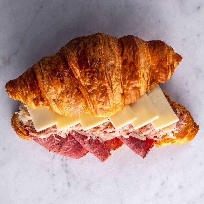クロワッサンサンド ニューヨーカー¥560+税 パストラミビーフと、コンビーフ、ザワークラウト、チーズ、サウザンアイランドソースが入ったクロワッサンのサンドイッチ。