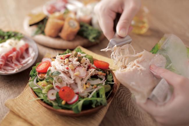 サラダチキンを手を汚さずに簡単にほぐせる『ほぐせるサラダチキントング』が新発売。