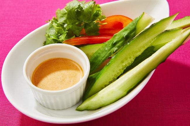 トムヤムクン風味のオリジナルディップで食べるタイ風野菜スティック。もう一品欲しい時にもおすすめのさっぱりおつまみです。