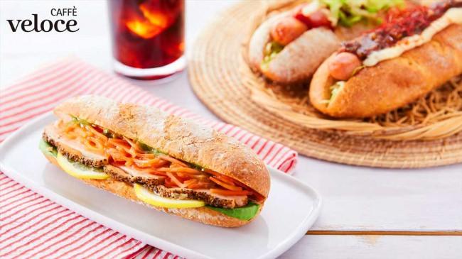 カフェ・ベローチェの焼きたてドッグ、焼きたてサンドに新商品が3月16日より登場!~炭火焼旨だれ牛とレタス&サルサ、パストラミチキン&彩り野菜の3種~