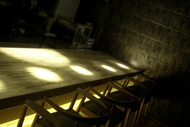 光と影で料理を演出する店内