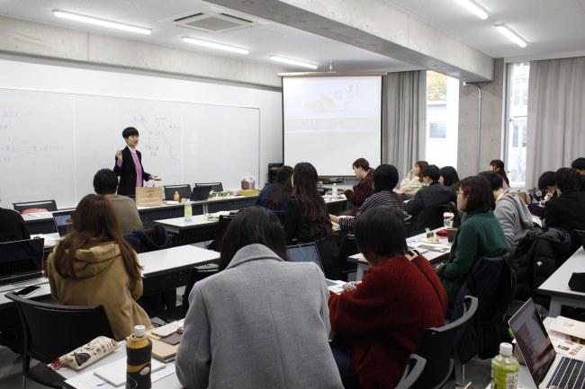 【株式会社鼓月】新年度4月1日より京都芸術デザイン専門学校と産学連携で制作した「お客様の声デジタルサイネージ」を運用開始。