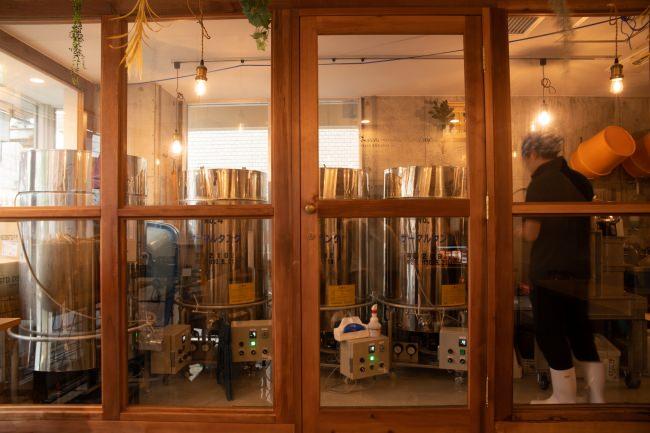 飲食店側からはガラス張りの三軒茶屋醸造所を臨める
