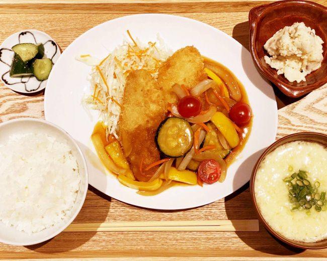 カラリと揚げた白身魚のフライに、夏野菜もりだくさんの自家製黒酢あんをたっぷり!菜お酢のさっぱり感が食欲をそそります。