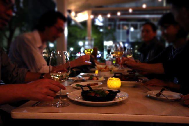 神戸旧居留地のテラスでエアー乾杯!『Bar&Bistro 64』のテラスで、テーブルごとにお料理をお持ちするスタイルで、夏のビアガーデン気分を楽しみましょ!