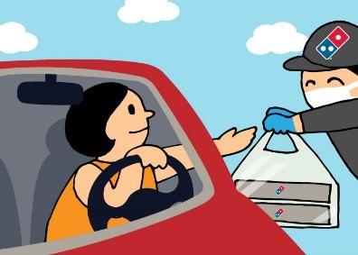 3. スタッフが出来立てのピザを、お客様の車までお届けします。