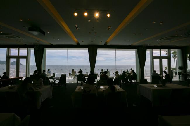 大きな窓から海を見渡せる店内席