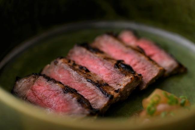 鹿児島黒牛の酒粕焼き。鹿児島黒牛を酒粕・味噌・酒にじっくり漬け込み香り良く焼き上げた