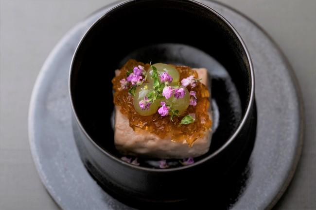 クルミ豆腐。白田楽味噌を隠し味にたクルミの食感を感じていただける葛豆腐