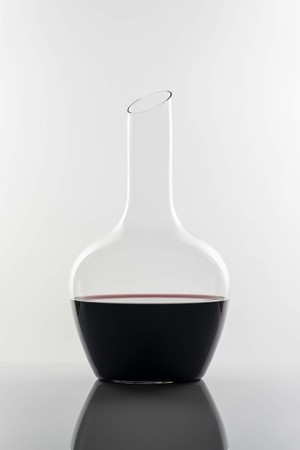 力強い赤ワインを開かせるためのデキャンタ