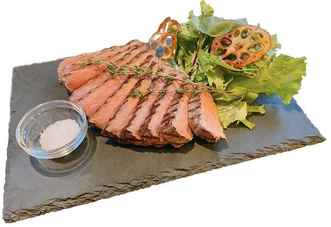 アンガス牛サーロイン(150g) 1490円 低温熟成・低温調理した牛肉を最後に炭火で仕上げることで表面はパリッと、中は柔らかく仕上がります。