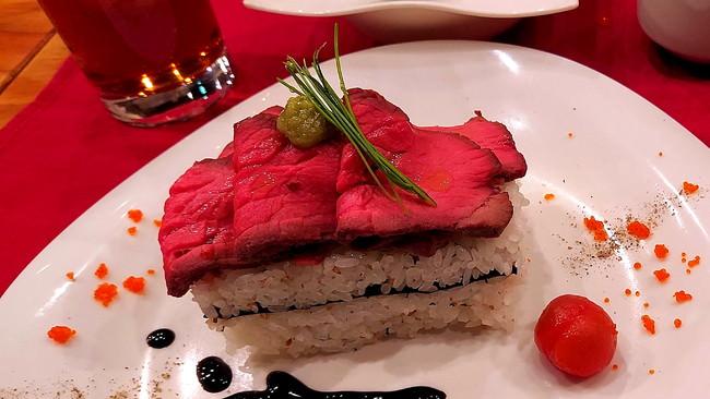 ローストビーフの押し寿司 プチトマトのピクルスを添えて 〜柚子のバルサミコソース〜:¥800