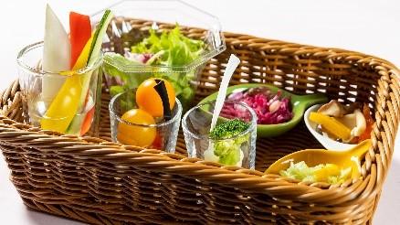 バスケットにお好みの野菜や トッピングを選んでお席へ(イメージ)