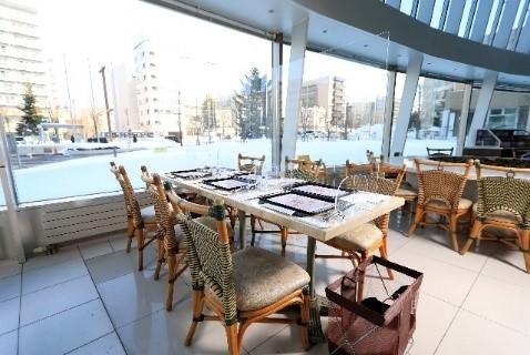 アクリルパーテーションを 設置した座席テーブル