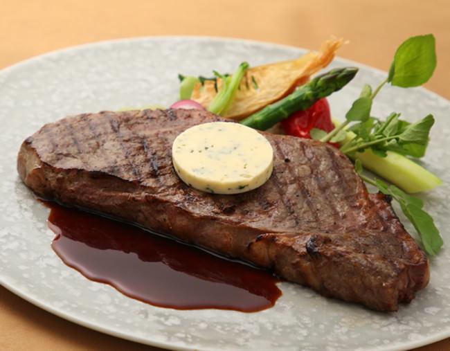 北海道産牛ロースのグリル 赤ワインソースにメトル・ドテル・バターを添えて