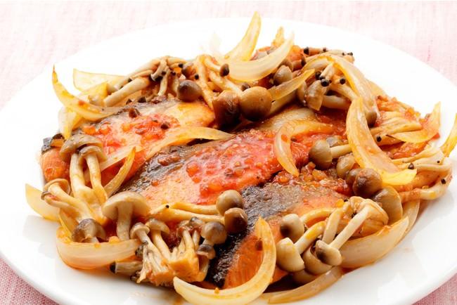 鮭とぶなしめじの蒸し焼き(トマトのソース使用)