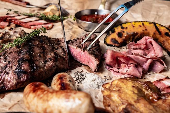 本格的な肉料理をラインナップ。
