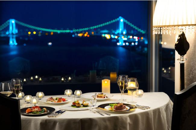 窓辺にセッティングされたテーブルから臨むロマンティックな夜景