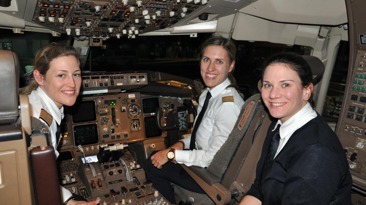 Das kommt selten vor: Im Cockpit unserer Maschine haben drei Pilotinnen das sagen. Foto WR
