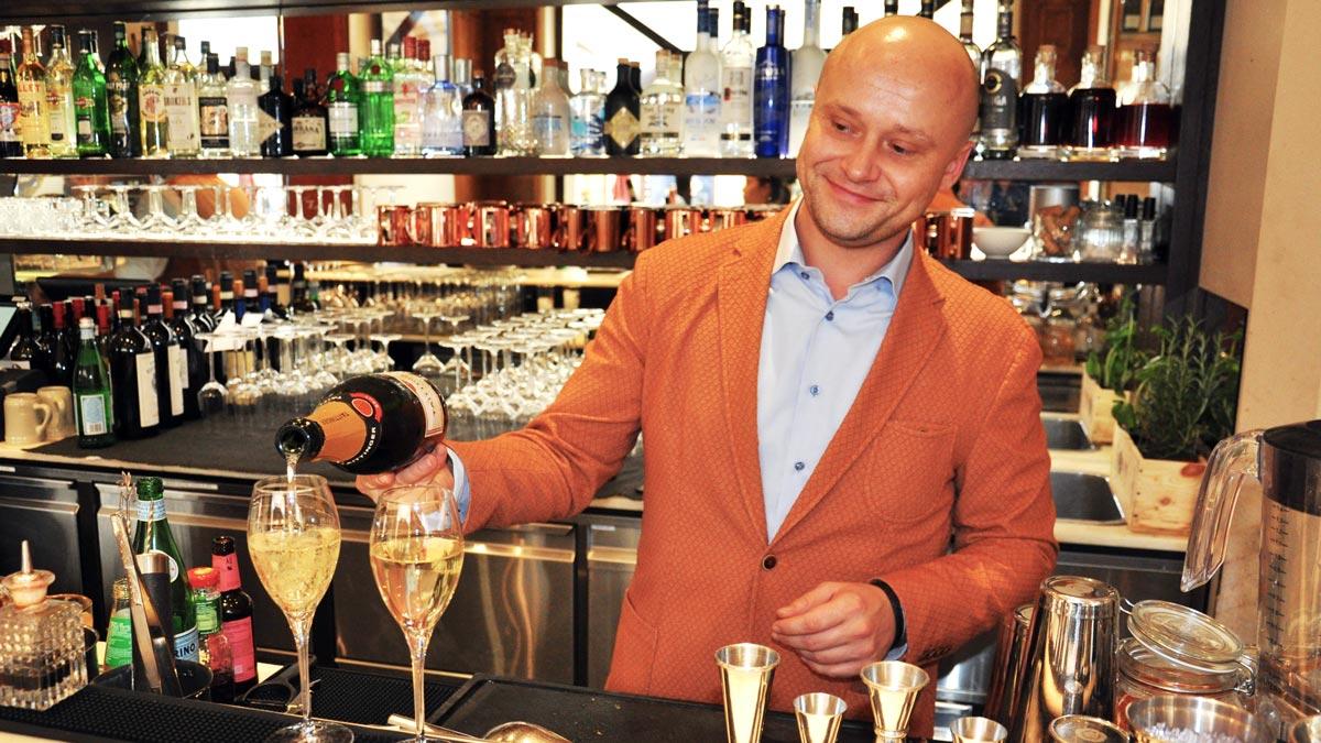 Restaurantchef und Gastgeber Andrej Grunert steht auch mal ander Bar. Foto WR