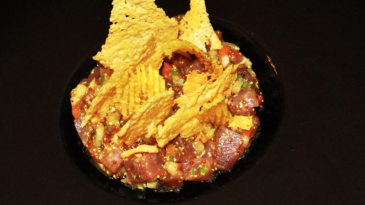 5 Sentidos: pikantes Thunfischtatar mit Käsechips