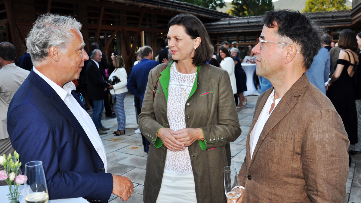 Die Ministerin im angeregten Gespräch mit Schauspieler Jan-Josef Liefers und Moderator Peter Fraas. Foto WR