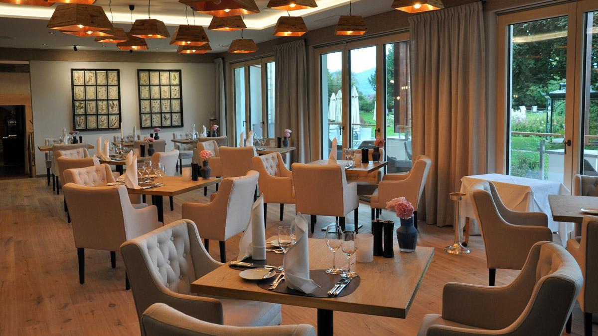 Das neue Panorama-Restaurant: hell luftig, freundlich – große Fensterfronten, und ein fantastischer Blick auf die Alpen. Foto HvF