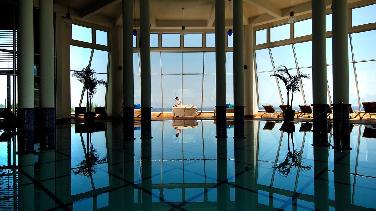 Auch der Indoor Pool hat akzeptable Ausmaße. Foto Kempinski